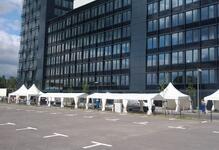 Mehrere Zelte nebeneinander (Festival)